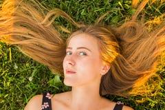 Портрет молодой женщины лежа на траве Стоковое Изображение RF