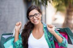 Портрет молодой женщины держа хозяйственные сумки Стоковые Изображения