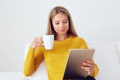 Портрет молодой женщины держа цифровую таблетку Стоковые Фотографии RF