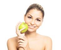 Портрет молодой женщины держа яблоко Стоковые Фото
