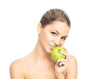 Портрет молодой женщины есть яблоко Стоковые Изображения