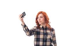 Портрет молодой женщины делая фото selfie на smartphone Стоковое фото RF