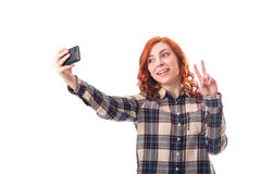 Портрет молодой женщины делая фото selfie на smartphone Стоковые Изображения RF