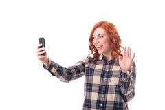 Портрет молодой женщины делая фото selfie на smartphone Стоковое Изображение RF