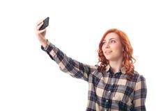 Портрет молодой женщины делая фото selfie на smartphone Стоковые Фотографии RF