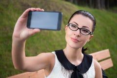 Портрет молодой женщины делая фото selfie Стоковое фото RF