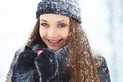 Портрет молодой женщины зимы Девушка красоты радостная модельная смеясь над и имея потехой в парке зимы красивейшие детеныши женщ Стоковая Фотография RF