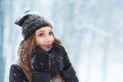 Портрет молодой женщины зимы Девушка красоты радостная модельная смеясь над и имея потехой в парке зимы красивейшие детеныши женщ Стоковое Изображение
