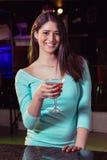 Портрет молодой женщины имея коктеиль на счетчике бара Стоковое Изображение RF