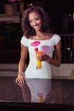 Портрет молодой женщины имея коктеиль на счетчике бара Стоковая Фотография RF