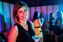 Портрет молодой женщины имея коктеиль Стоковое фото RF