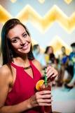 Портрет молодой женщины имея коктеиль Стоковые Фотографии RF