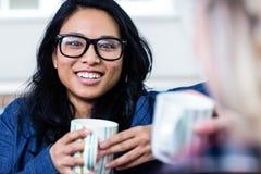 Портрет молодой женщины имея кофе с другом Стоковое Изображение RF