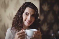 Портрет молодой женщины имея кофе Стоковая Фотография RF