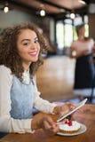 Портрет молодой женщины используя ПК таблетки в ресторане Стоковые Изображения