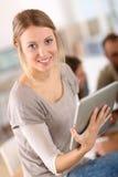 Портрет молодой женщины используя таблетку Стоковая Фотография RF