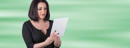 Портрет молодой женщины используя цифровую таблетку Стоковое фото RF