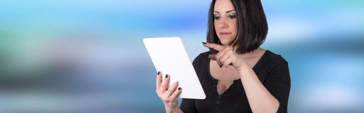 Портрет молодой женщины используя цифровую таблетку Стоковое Фото