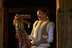 Портрет молодой женщины и традиционной марионетки Стоковая Фотография
