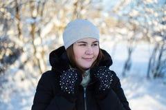 Портрет молодой женщины идя в лес зимы Стоковое фото RF