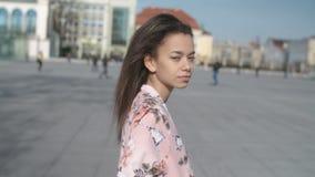 Портрет молодой женщины идя в улицы города акции видеоматериалы