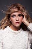 Портрет молодой женщины красоты в белом пуловере женщины моды Стоковые Фотографии RF