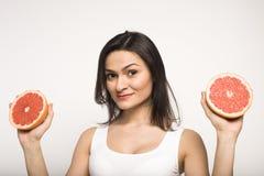 Портрет молодой женщины красоты с грейпфрутом  Стоковые Фотографии RF