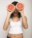 Портрет молодой женщины красоты с грейпфрутом  Стоковые Изображения RF