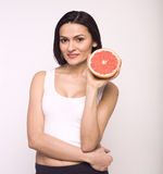 Портрет молодой женщины красоты с грейпфрутом  Стоковое Фото