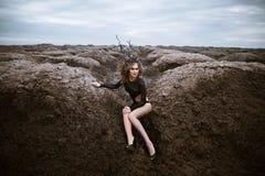 Портрет молодой женщины красоты с деревянной кроной alien ландшафт Стоковое фото RF