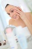 Портрет молодой женщины кладя на ежедневную сливк Стоковое фото RF
