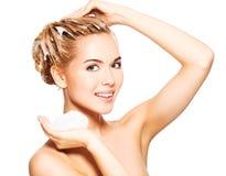 Портрет молодой женщины моя ее волосы Стоковая Фотография RF