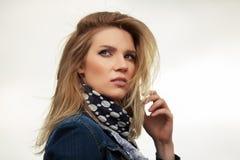 Портрет молодой женщины моды внешней стоковое изображение rf