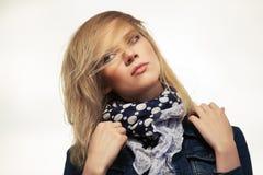 Портрет молодой женщины моды внешней стоковая фотография