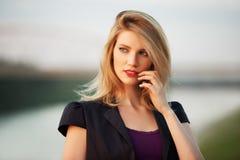 Портрет молодой женщины моды на заходе солнца стоковая фотография rf