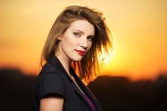 Портрет молодой женщины моды на заходе солнца стоковые фотографии rf