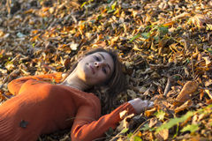 Портрет молодой женщины на листьях Стоковое Изображение RF