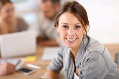 Портрет молодой женщины на офисе Стоковое Фото