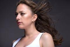 Портрет молодой женщины на серой предпосылке в белом танке t Стоковая Фотография RF