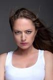 Портрет молодой женщины на серой предпосылке Стоковые Изображения RF