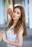 Портрет молодой женщины на улице лета Стоковые Фото