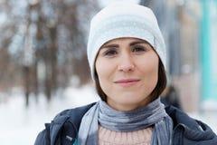 Портрет молодой женщины на улице зимы Стоковое Фото