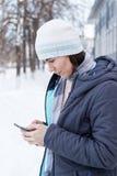Портрет молодой женщины на улице зимы Стоковая Фотография RF