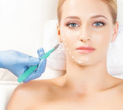 Портрет молодой женщины на хирургии стороны стоковые фотографии rf