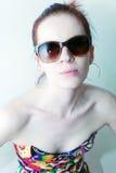Портрет молодой женщины нося солнечные очки Стоковая Фотография RF