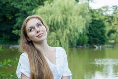 Портрет молодой женщины около озера Стоковое Фото