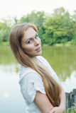 Портрет молодой женщины около озера Стоковые Фотографии RF