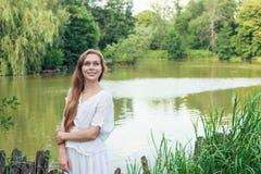 Портрет молодой женщины около озера Стоковая Фотография RF