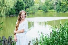 Портрет молодой женщины около озера Стоковые Изображения RF