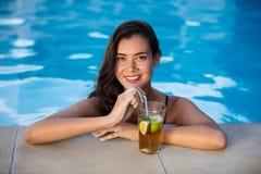 Портрет молодой женщины ослабляя в бассейне Стоковая Фотография